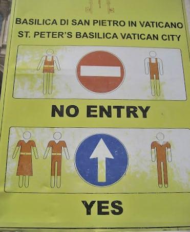 Aziz Petrus Bazilikası girişinde Vatikan kıyafet kurallarını gösteren bir tabela