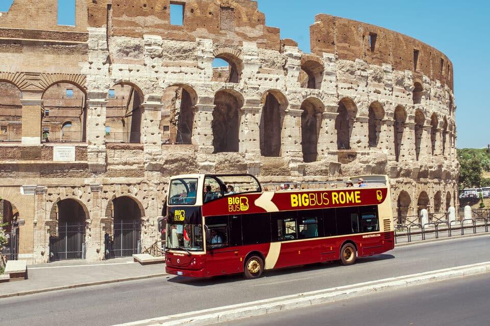 Roma - Üstü açık tur otobüslerinden birisi.