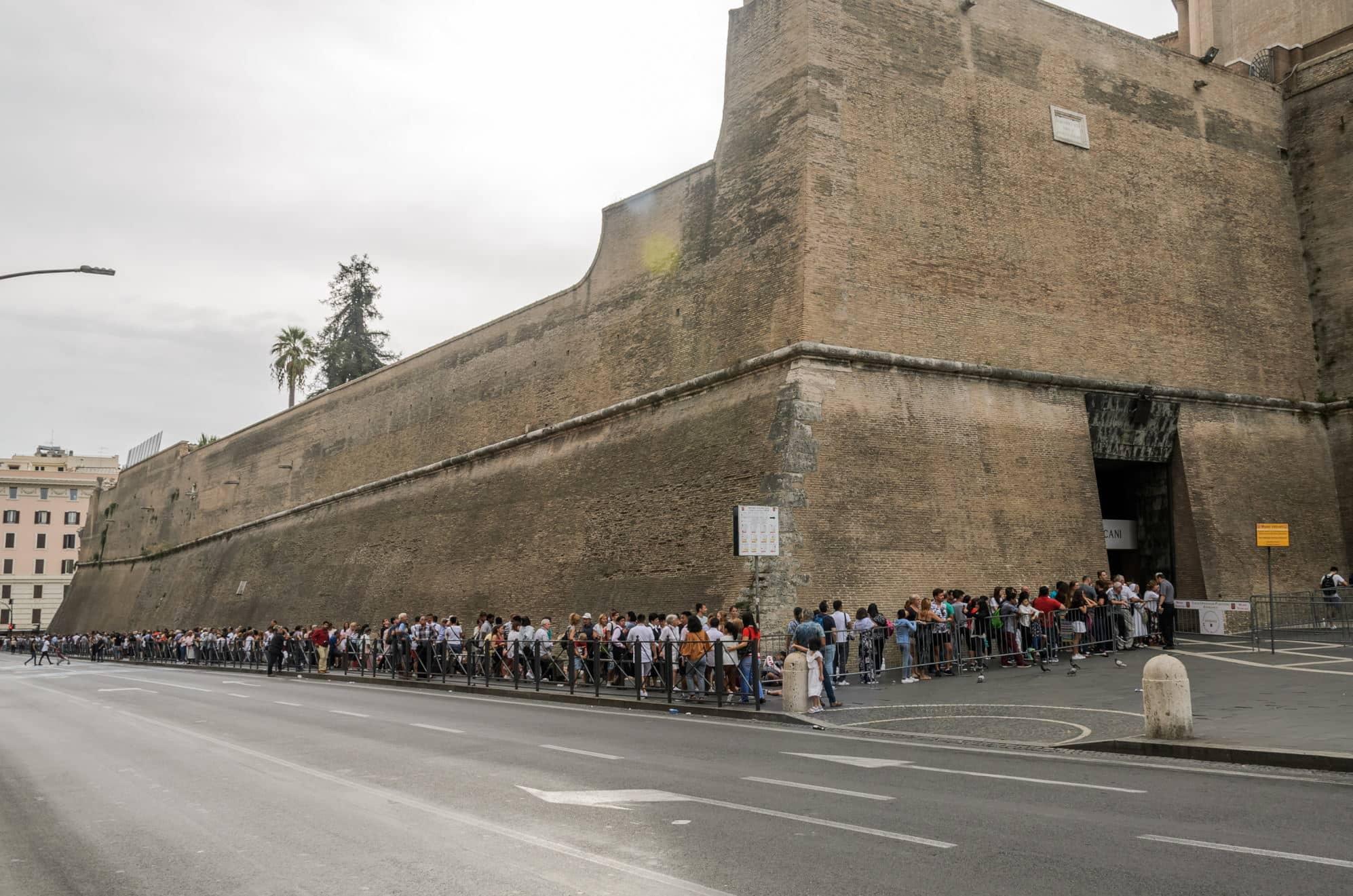 Vatikan Müzesi Giriş Ücreti kuyruğu