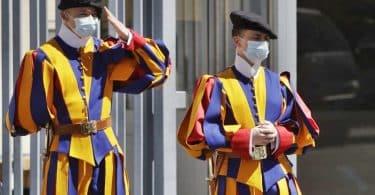Vatikan Müzesi'ne Koronavirüs nedeniyle maskesiz giriş kabul edilmemektedir.